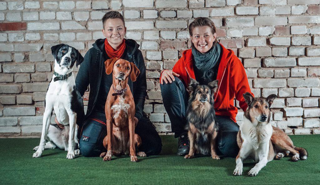Die Trainerinnen Ina und Bianca mit ihren Hunden.